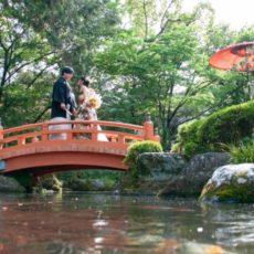赤い橋と池
